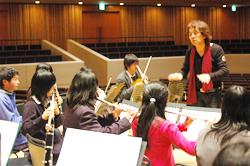「春の音楽祭」出演の指揮者・宮本文昭さん 軽井沢ジュニアオーケストラを指導